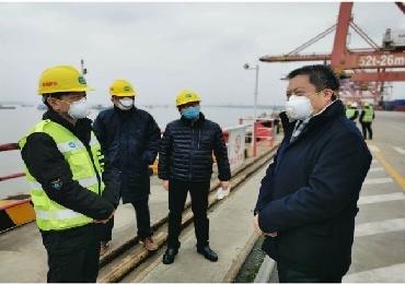 武汉新港委张林主任一行慰问亚博电竞下载国际在岗职工